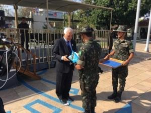 Themístocles Filho recebe homenagem do Exército Brasileiro.