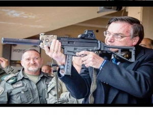 Em Israel, Bolsonaro publica foto com arma e critica leis de desarmamento.