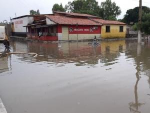 Famílias são retiradas de casas após enchente causada por fortes chuvas no Litoral do Piauí.