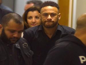 Neymar depõe em delegacia no Rio e agradece apoio: Me senti muito amado.
