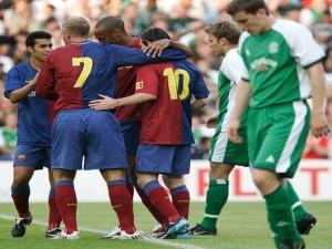 Novo reinado: há 10 anos Messi herdava a camisa 10 de Ronaldinho no Barcelona.