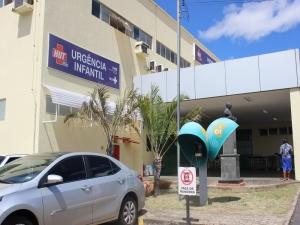 Criança de 6 anos que caiu em cratera com a família após quarto desabar deixa hospital no Piauí.