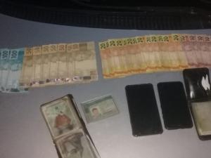 Dupla é presa após comprar bebidas e eletrônicos com dinheiro falso no Piauí.