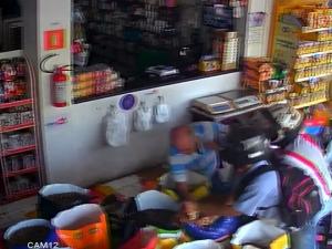 Cliente reage a assalto em loja de Teresina e luta com homens armados.