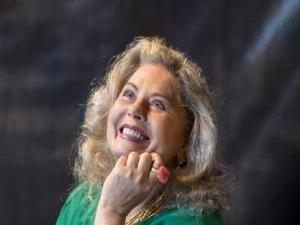 Vera Fischer volta ao teatro e diz que há muito tempo só beija na boca no trabalho.