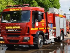 Bombeiros são acionados para princípio de incêndio após condutor bater carro em poste.