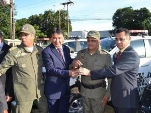 Governador entrega viaturas e medalhas a PMs em solenidade pelo Dia de Tiradentes.