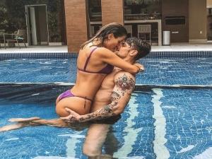 """""""Esquece tudo e me beija"""", escreveu Saulo Poncio em foto com Gabi Brandt."""