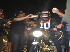 Bolsonaro passeia de moto por cidade do litoral de São Paulo em feriado de descanso.