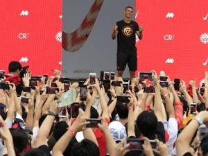 Chineses vão em peso prestigiar Cristiano Ronaldo em tour do astro por Pequim.