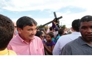 Wellington Dias participa da procissão de Bom Jesus dos Passos em Oeiras.