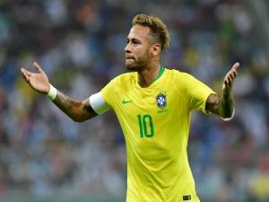 Capitão, garçom e falante, Neymar cumpre plano de Tite e se abre mais na seleção brasileira.