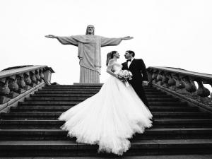 Nas nuvens: o primeiro clique do casamento de Guy Oseary e Michelle Alves.
