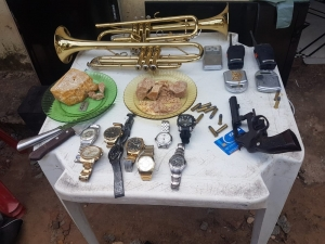 Rádios e mais de R$ 10 mil são apreendidos em esconderijo de suspeito de matar mototaxista.