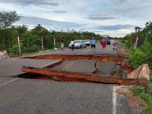 Ponte na PI-110 é destruída após fortes chuvas em Piracuruca.