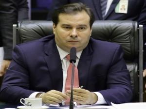Maia avalia se Câmara analisará em conjunto propostas de Moro e Moraes sobre combate ao crime.