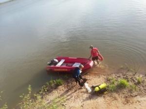 Mulher morre afogada e bombeiros buscam homem desaparecido na Barragem Surubim.