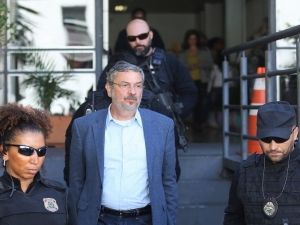 Antonio Palocci deixa cadeia em Curitiba após decisão do TRF-4 que concedeu prisão domiciliar.