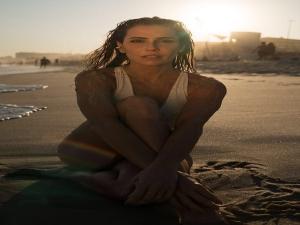 Deborah Secco posa para Hugo Moura na praia.