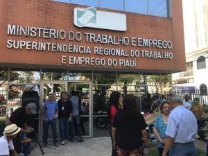 Servidores federais do Piauí protestam contra extinção do Ministério do Trabalho.