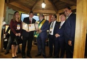 Governador é homenageado durante XXII Marcha dos Prefeitos.