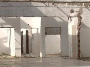 Obra abandonada de posto de saúde tem teto e portas roubados em Teresina.