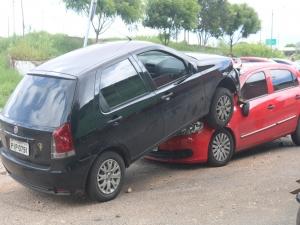 Carro fica sobre outro em acidente e quatro pessoas ficam feridas em Teresina.