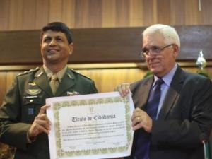 Coronel cearense recebe título de cidadania piauiense.