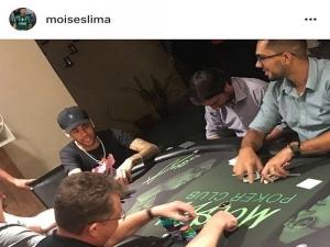 Neymar joga pôquer na casa de Moisés, do Palmeiras; Lucas Lima também participa.