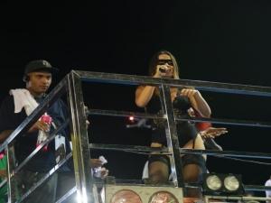 Anitta agita os foliões no carnaval de Aracati, no Ceará.