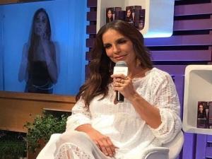 Grávida de gêmeas, Ivete Sangalo surge morena em evento.
