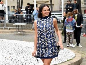 Bruna Marquezine aposta em vestido cheio de brilhos para desfile da Miu Miu.