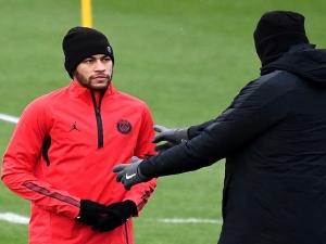 Neymar e Mbappé participam de treino do PSG e vão para jogo decisivo contra Liverpool.