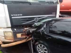 Caminhão derruba brita na BR-316 e causa acidente envolvendo quatro veículos.