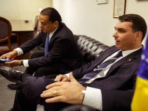 Toffoli atende a pedido da defesa de Flávio Bolsonaro e suspende investigações com dados do Coaf.