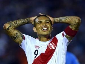 Guerrero recebe suspensão provisória de 30 dias por doping, desfalca Peru e Flamengo.