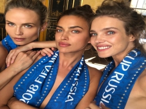 Natasha Poly, Irina Shayk e Natalia Vodianova torcem pela Rússia.