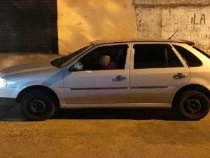 Suspeito posta foto dentro de carro roubado nas redes sociais e é reconhecido pelas vítimas.