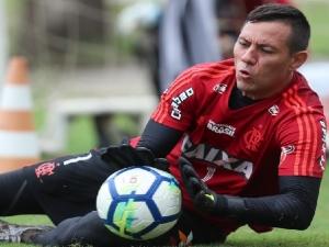 Flamengo aciona jurídico e terá segunda-feira de debates para definir situação de Diego Alves.